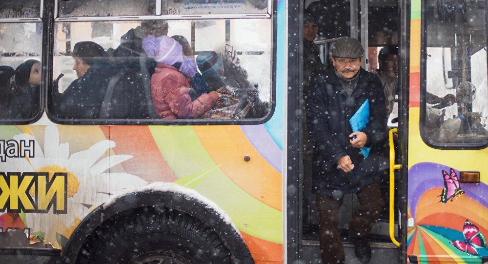 Мужчина выходит троллейбуса во время снегопада в Бишкеке. Архивное фото
