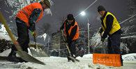 Работники Тазалыка во время уборки и чистки улиц от снега в городе Бишкек. Архивное фото
