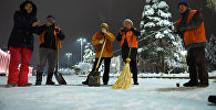 Уборка снега сотрудниками Тазалыка в городе Бишкек