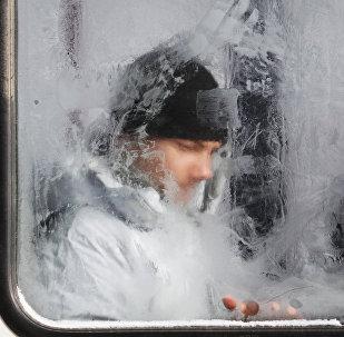 Мужчина в общественном транспорте. Архивное фото