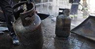 Газовые баллоны на месте пожара. Архивное фото