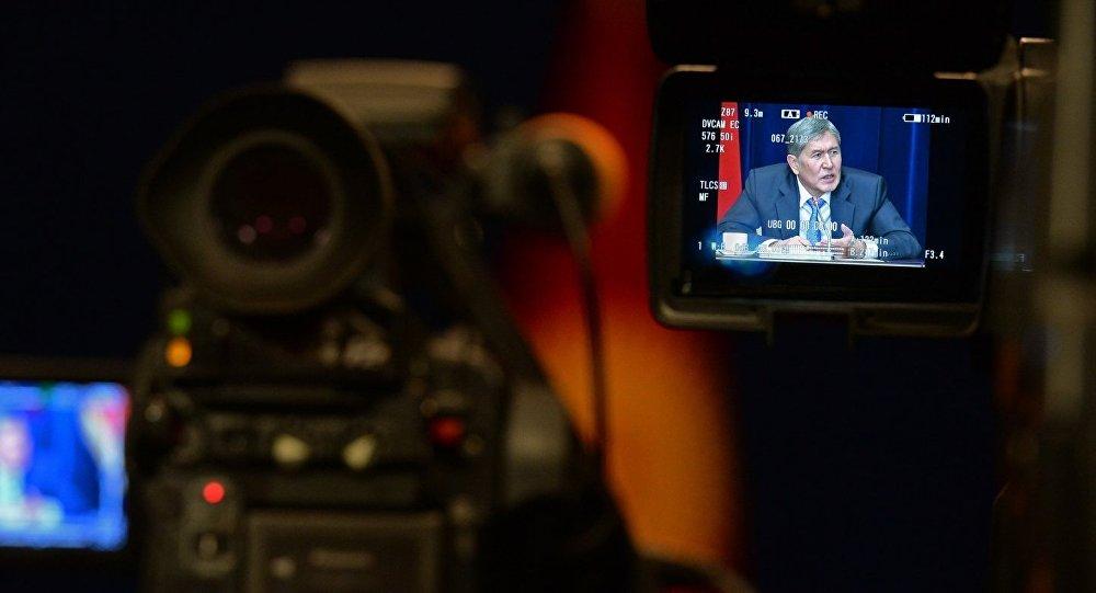 Президент Алмазбек Атамбаев жыл жынтыгы боюнча пресс-конференция учурунда. Архив