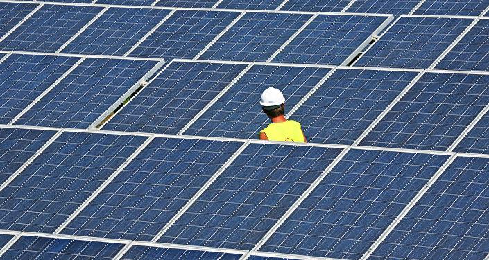 Рабочий на солнечной электростанции. Архивное фото