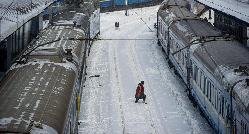 Поезда на железнодорожном вокзале. Архивное фото