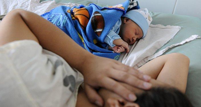 Архивное фото матери с новорожденным ребенком
