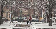 Бишкектин көчөлөрүндө айланган кыз-жигит. Архивдик сүрөт