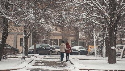 Пара на улице Бишкека. Архивное фото