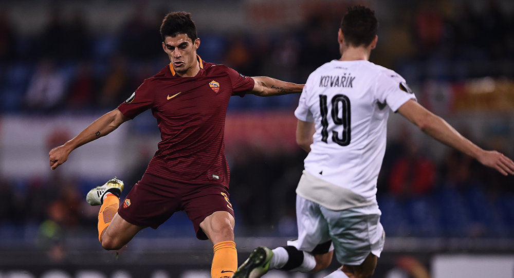 Аргентинский полузащитник итальянской команды Рома Диего Перотти на матче с чешской командой Виктория
