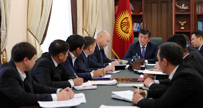 Премьер-министр Сооронбай Жээнбеков интернеттин кымбатташы боюнча өкмөттүк жыйын өткөргөндүгүн өкмөттөн билдиришти