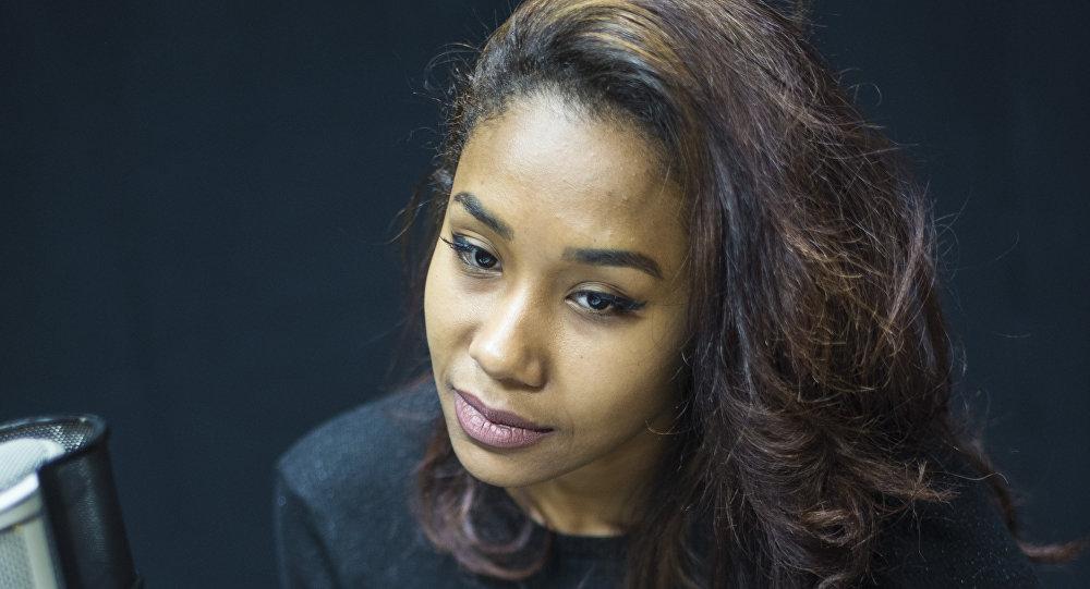 Темнокожая модель из Кыргызстана Ясмин Лунианга Диеудонна-Али во время интервью Sputnik Кыргызстан