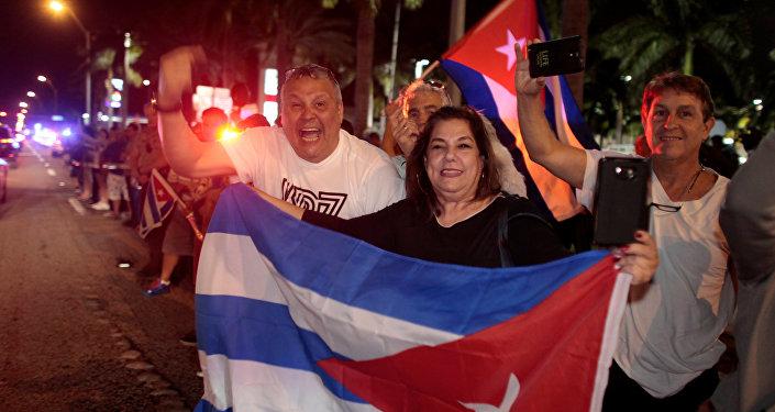 Люди празднуют кончину лидера кубинской революции Фиделя Кастро в Little Havana районе Майами