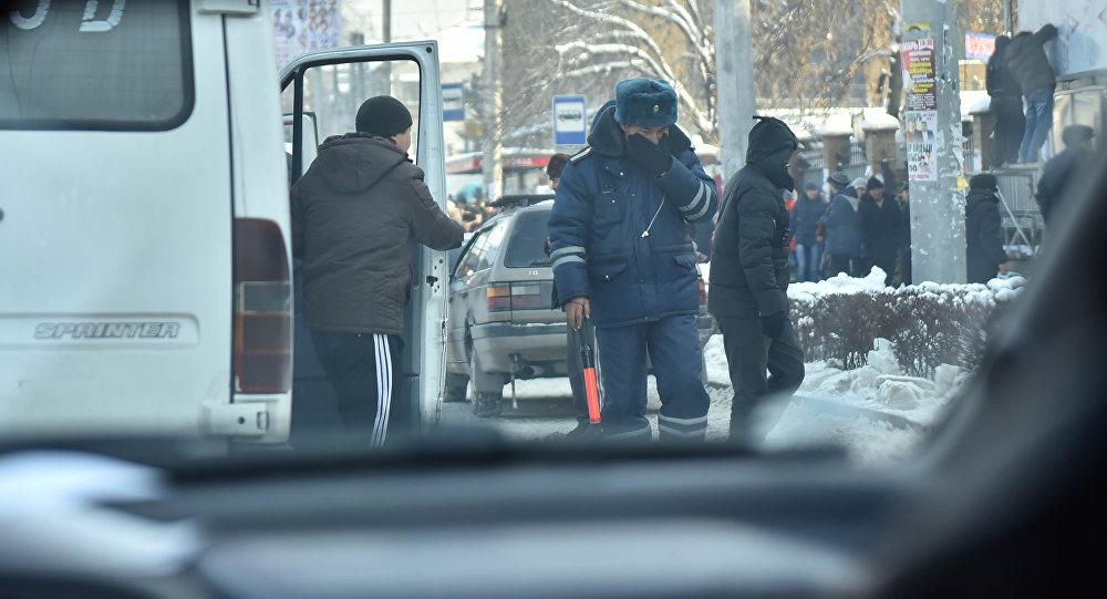 Сотрудник ДПС во время работы в городе Бишкек. Архивное фото