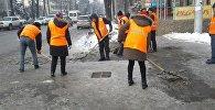 Сотрудники МП Тазалык во время уборки снега на одной из улиц Бишкека, Архивное фото