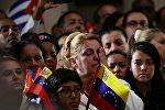 Женщина во время церемонии памяти покойного бывшего кубинского лидера Фиделя Кастро на военном форте в Каракасе, Венесуэла