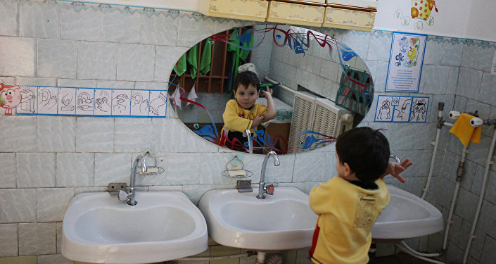 Ребенок в детском домею Архивное фото