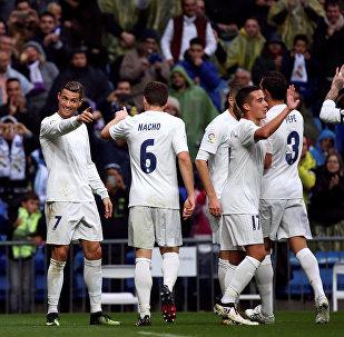 Реал Мадриддин футболчулары Испаниянын чемпионатында кайта иштетилген таштандыдан тигилген футболкада