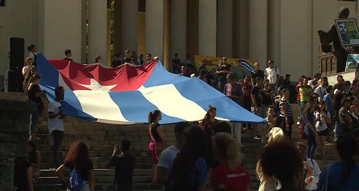 Студенты в Гаване развернули огромный флаг Кубы в память о Фиделе Кастро
