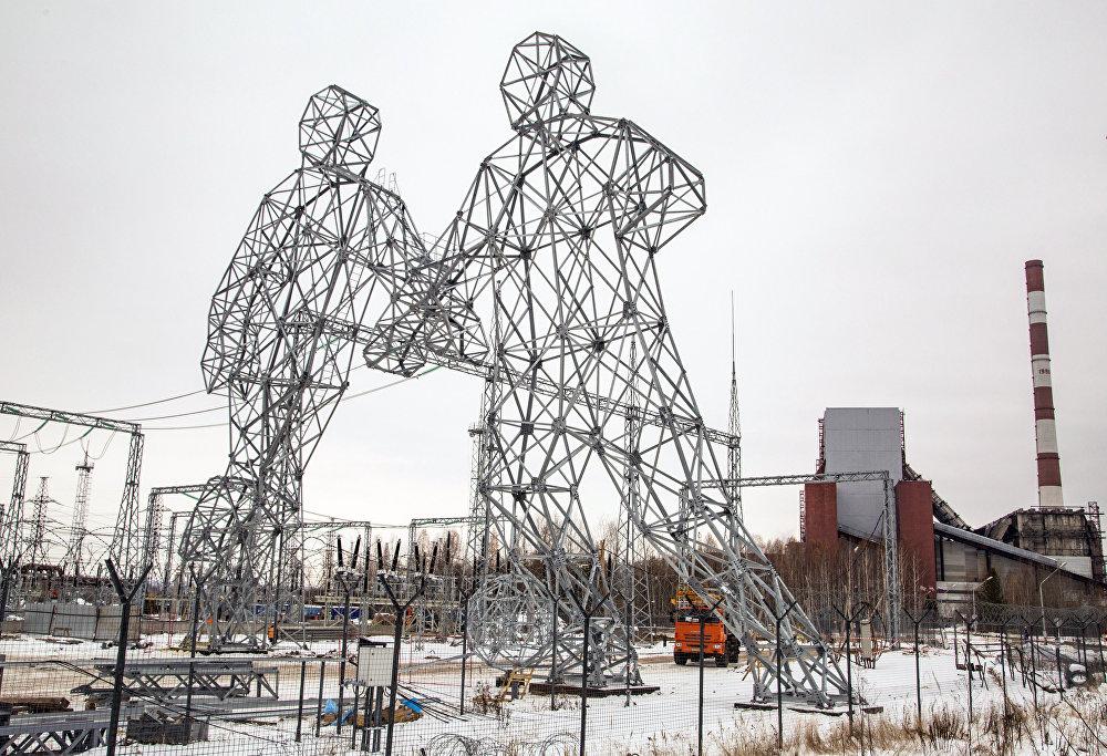 Россиянын Добрянка шаарында жогорку вольттогу электр өткөргүч линияларына алп футболчулар түрүндө түркүктөр орнотулду