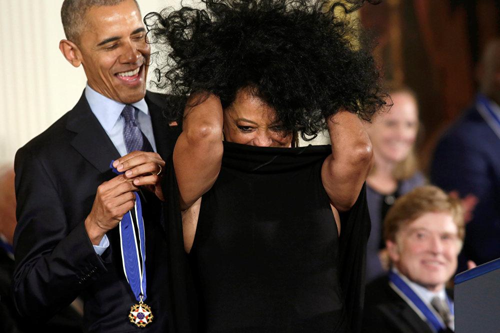 АКШ президенти Барак Обама ырчы Дайана Россту эң кадырлуу делген Эркиндик медалы менен сыйлады