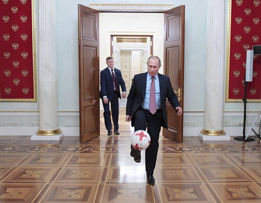 Россиянын президенти Владимир Путин ФИФА президенти Жанни Инфантинону кабыл алып, Кремлде топ тээп жаткан учуру