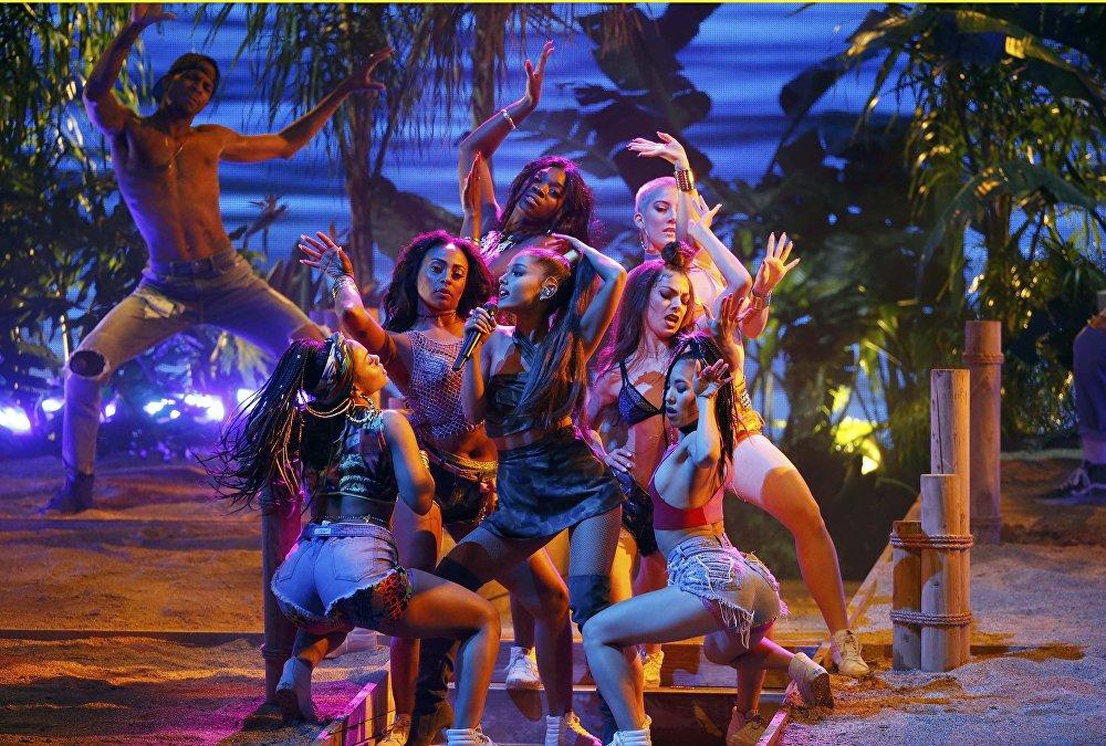 Америкалык ырчы Ариана Гранде Лос-Анджелестеги American Music Awards музыкалык сынагындагы сыйлык тапшыруу аземинде