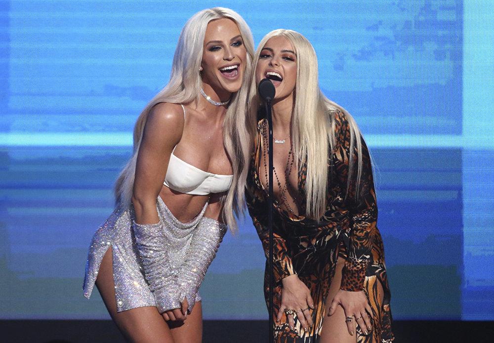 Блоггер Гиги менен ырчы Рекса Биби Лос-Анджелестеги American Music Awards музыкалык сынагындагы сыйлык тапшыруу аземинде