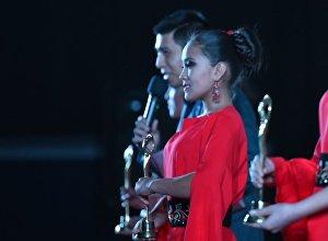 Девушки со статуэтками на кинофестивале Кыргызстан — страна короткометражных фильмов