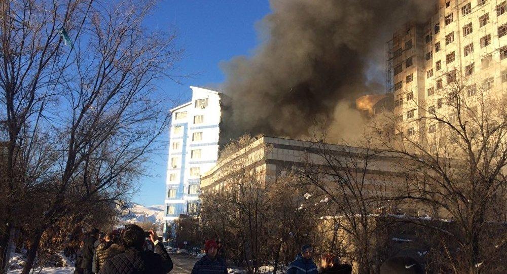 Бишкектин 7-кичи районунда чыккан өрт жанындагы көп кабаттуу үйгө да жайылды.