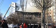 Сотрудники МЧС тушат пожар в здании церкви на улице Токомбаева