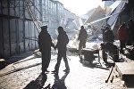 Сотрудники милиции на месте обвала крыши на центральном проходе на столичном рынке Дордой