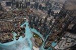 Вид на музыкальный фонтан Дубай со смотровой площадки небоскреба Бурдж Халифа. Архивное фото