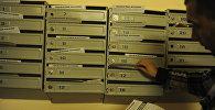 Мужчина раскладывает листовки в почтовые ящики. Архивное фото