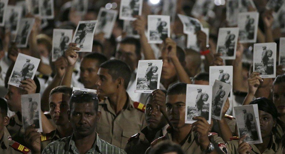 Фидель Кастрону эскерүү зыйнатына келген Гавананын жашоочулары
