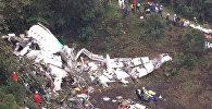 Спасатели осматривали обломки на месте крушения самолета в Колумбии