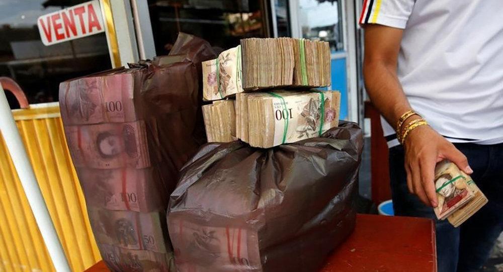 Пачки денег в полиэтиленовом пакете в одном из магазинов продуктов питания в Венесуэле