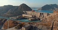 Бетонная мощь плотины Таш-Кумырской ГЭС. Аэросъемка