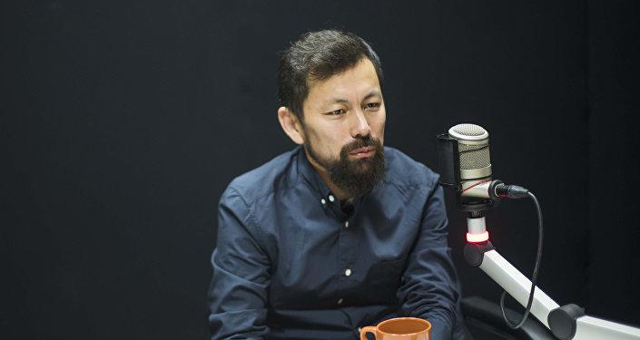 Кыргызстанский дизайнер Марсель Шейшенов из агентства I-Media Creative Bureau во время интервью на радио Sputnik Кыргызстан.