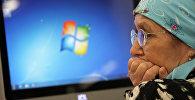 Женщина за компьютером. Архивное фото
