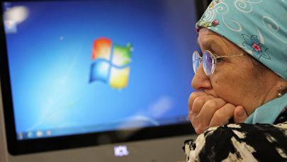 Пожилая женщина за компьютером. Архивное фото