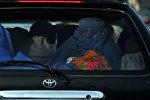 Женщины в парандже на заднем сиденье автомобиля. Архивное фото