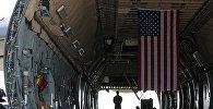 Флаг США на военно-транспортном самолете. Архивное фото