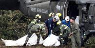 Спасатели грузят тела погибших при крушении самолета с бразильскими футболистами на борту в Колумбии. Архивное фото