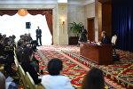 Президент Кыргызстана Алмазбек Атамбаев на пресс-конференции. Архивное фото