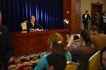 Президент Алмазбек Атамбаев маалымат жыйын учурунда. Архив