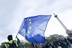 Мужчина с флагом Евросоюза. Архивное фото