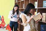 Читатели в библиотеке. Архивное фото