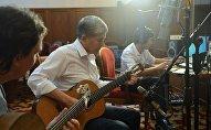 Запись пяти песен президента Кыргызской Республики Алмазбека Атамбаева. Архивное фото