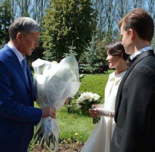 Президент Алмазбек Атамбаев жана Алия Шагиева.Архивдик сүрөт