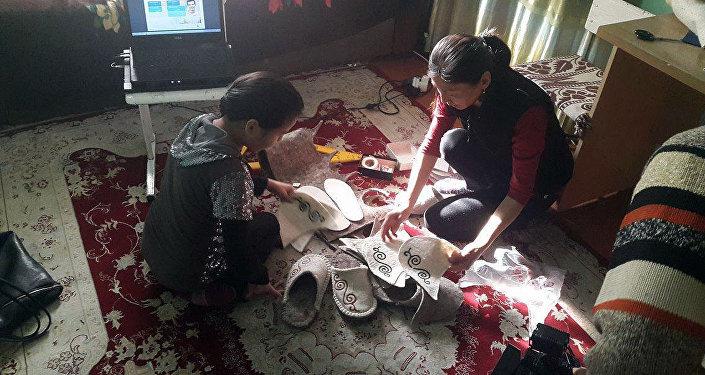 Биздин бүгүнкү каарман 17 жашар Элиза Орозбаевада анын бири жок. Мектептен чыгып калып, үйүндө отурганына эки жыл болду.