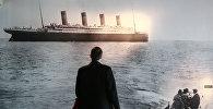 Мужчина смотрит на фотографию, Титаника. Архивное фото